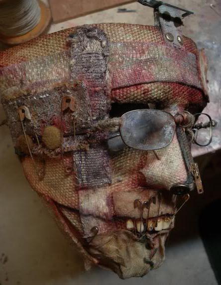 на основу маски наклеиить детали