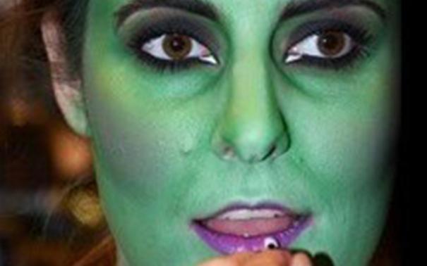 макияж монстра на хэллоуин: фиолетовые губы