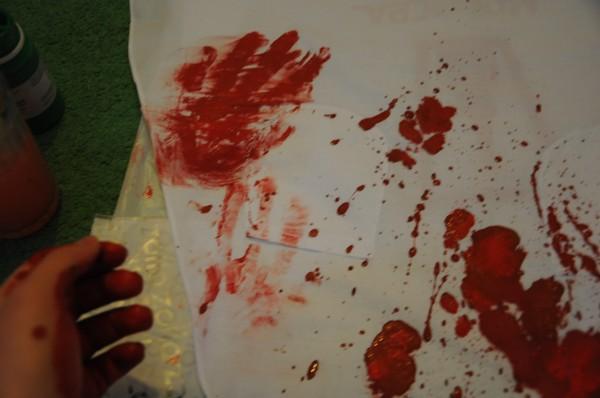 как запачкать костюм кровавыми пятнами